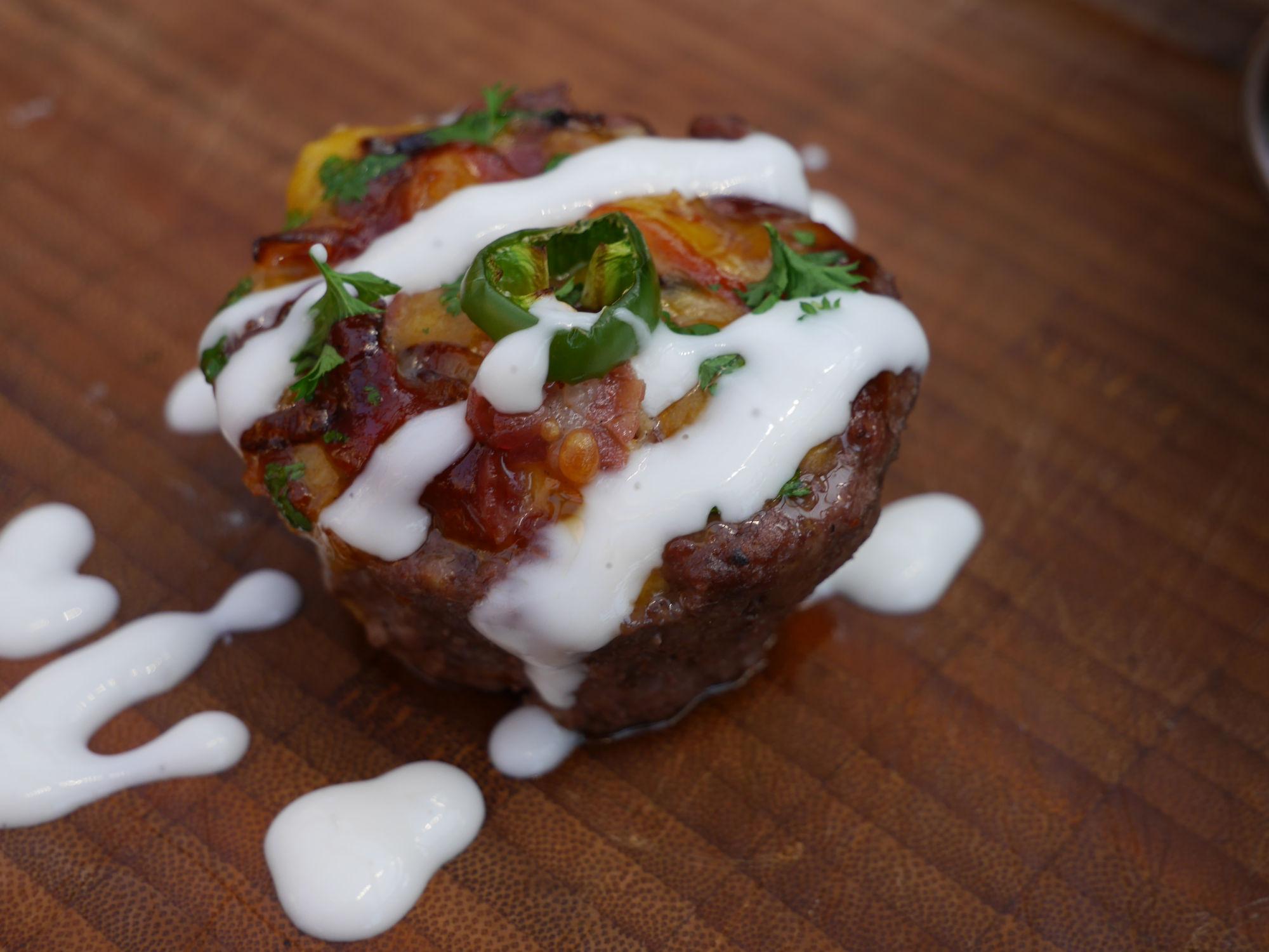 cheeseburger muffins mit Topping und Sauce