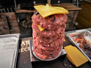 gyrosburger mit käse auf spießgrill