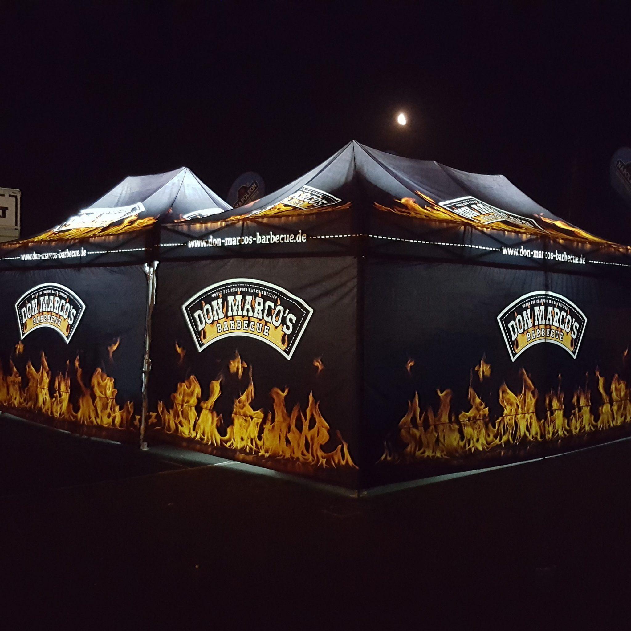 Don Marco's BBQ Zelt in der Nacht