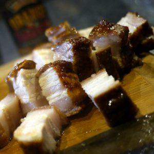 crispy asia schweinebauch, aufgeschnitten