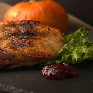 Thanksgiving Pute mit grünem Salat, Kürbis und Preiselbeeren