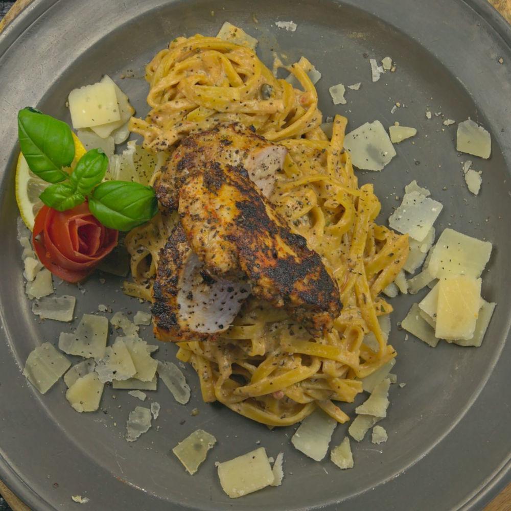 Toskana Chicken mit Weißwein - Parmesan Nudeln Nahaufnahme & quadratisch